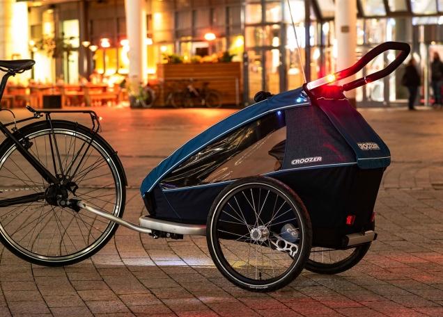 der-croozer-kid-plus-fahrradanhaenger-ist-der-einzige-anhaenger-mit-integriertem-wiederaufladbarem-sensor-licht